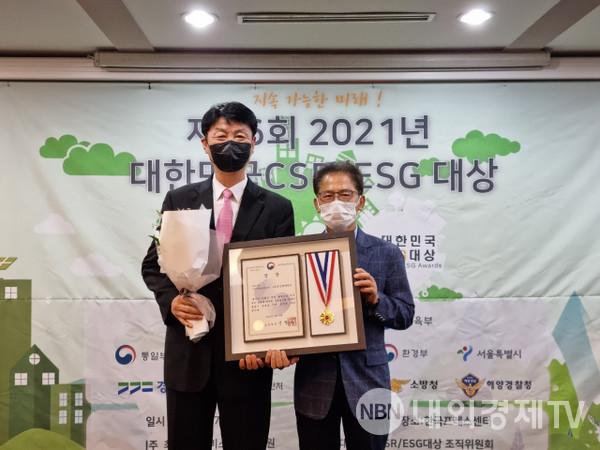 양무룡(왼쪽) 은산해운항공 전무가  한국서비스산업진흥원 관계자로부터  상장과 기념메달을 받은 뒤 기념촬영을 하고 있다.  은산해운항공 제공
